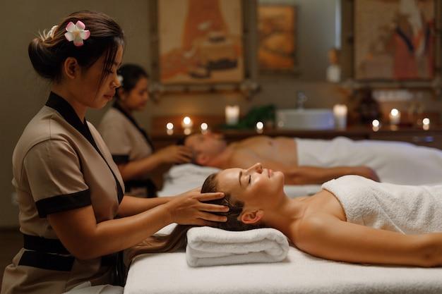 Um casal fazendo uma massagem balinesa