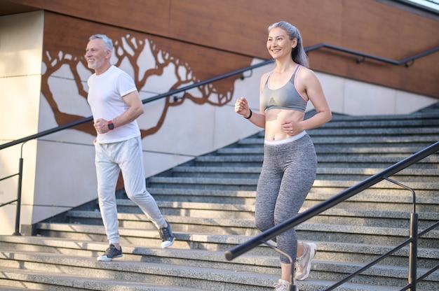 Um casal maduro fazendo corrida matinal e parecendo satisfeito