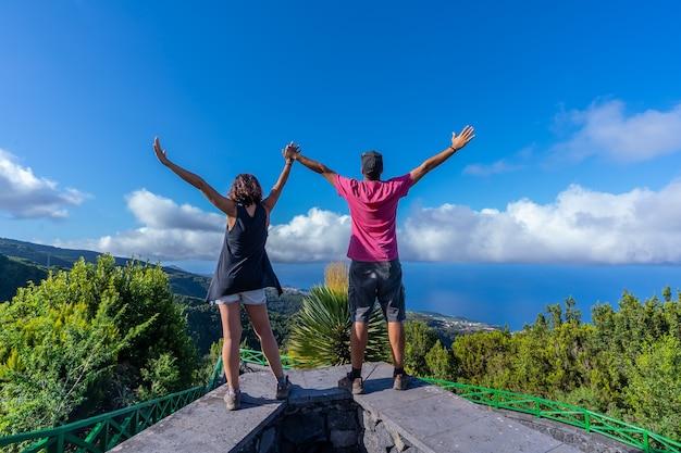 Um casal muito feliz no topo da montanha no mirante do cubo de la galga