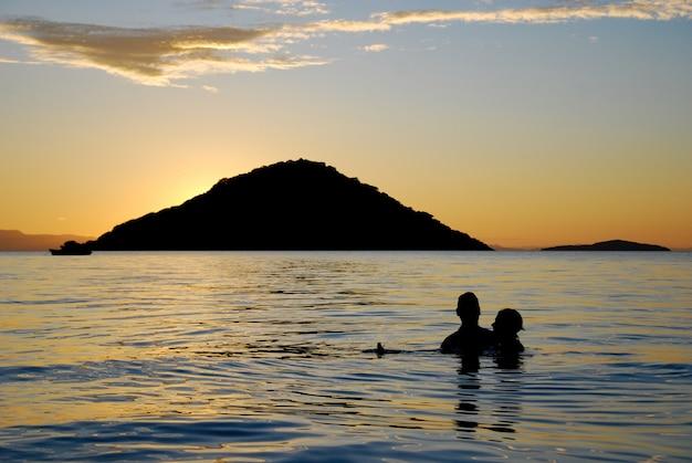 Um casal no lago malawi