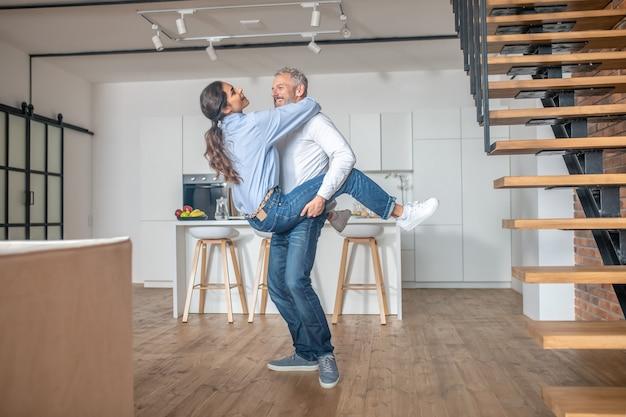 Um casal passando um tempo em casa e parecendo feliz