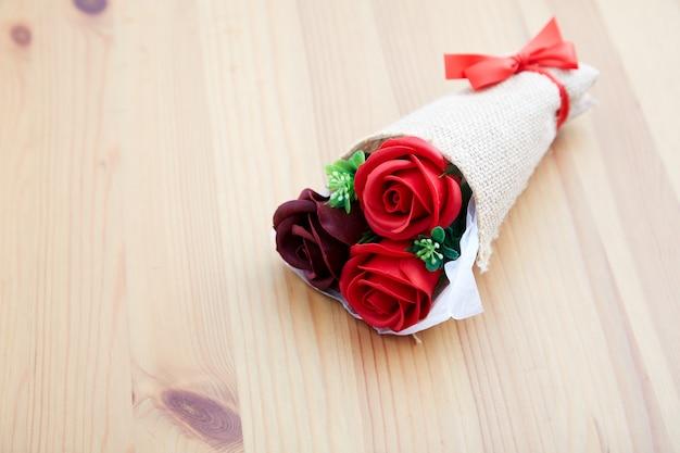 Um casal presente rosas no dia dos namorados