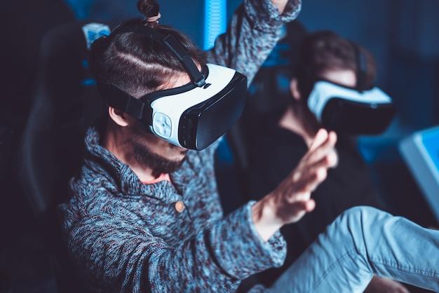 Um casal se divertindo no cinema em óculos virtuais com efeitos especiais