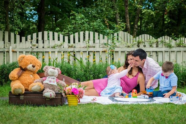 Um casal sentado com as crianças