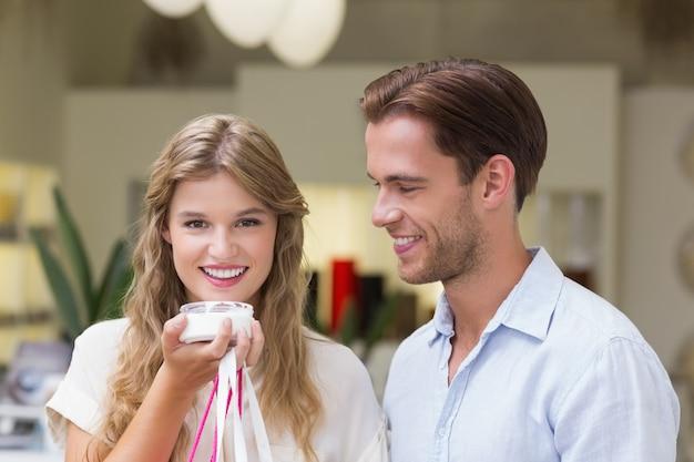 Um casal testando uma amostra de produtos de beleza