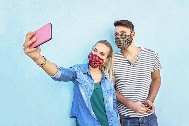 Um casal tirando selfie
