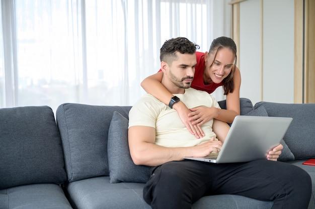Um casal trabalhando em casa junto com felicidade e boa emoção