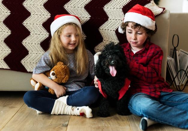 Um, caucasiano, irmãos, desfrutando, feriado natal