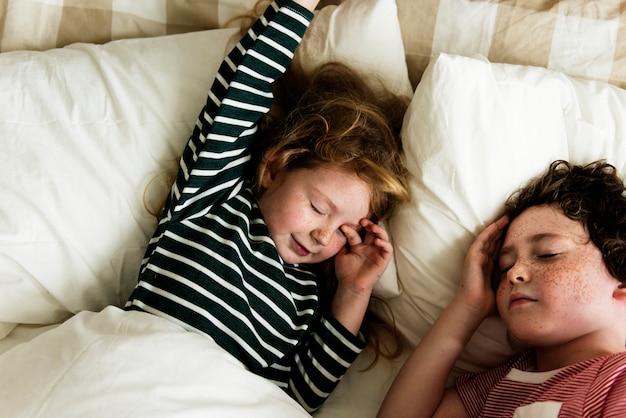 Um, caucasiano, irmãos, dormir, cama