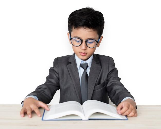 Um, caucasiano, menino, com, óculos, livro leitura, fundo, estúdio, retrato