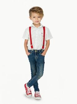 Um, caucasiano, menino, ficar, cruzamento, pernas, fundo, estúdio, retrato
