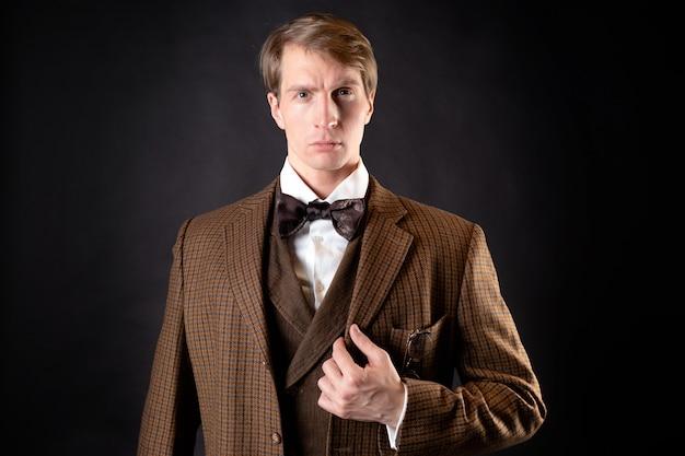 Um cavalheiro inteligente no estilo vitoriano. retro vintage