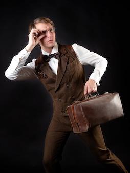 Um cavalheiro inteligente no estilo vitoriano. terno retrô vintage, jovem atraente de colete e gravata borboleta