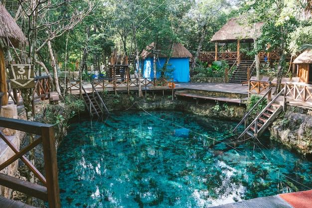 Um cenote na natureza com água bonita