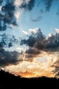 Um céu com nuvens