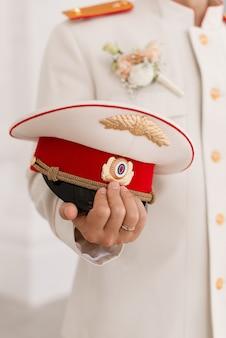 Um chapéu de marinheiro nas mãos do capitão. cocar. casamento