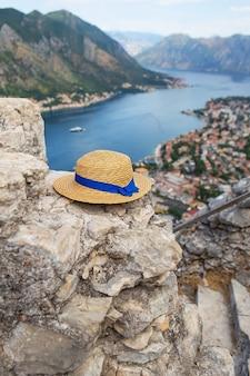 Um chapéu de palha repousa sobre as ruínas - uma vista incrivelmente bela da baía de kotor