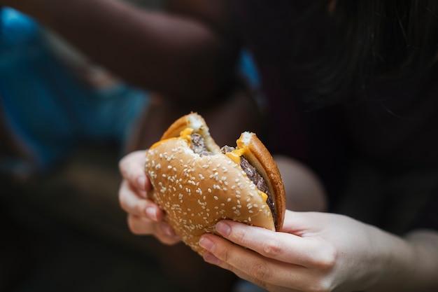 Um cheeseburger grande e suculento