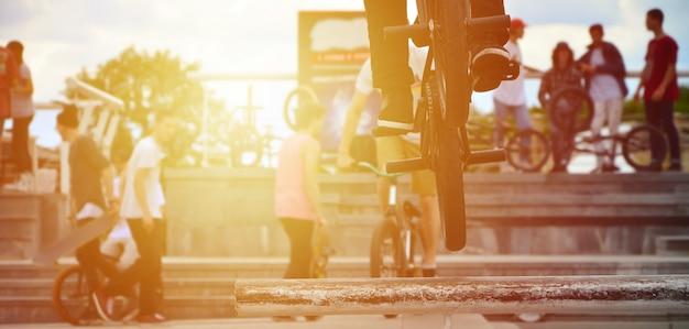 Um ciclista salta sobre um tubo em uma bicicleta de bmx.