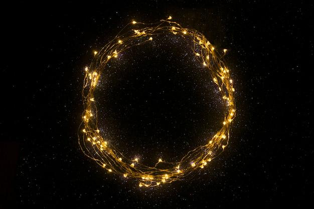 Um círculo feito de luzes de natal