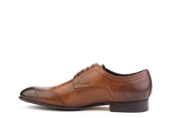 Um clássico couro brogues sapatos masculinos isolado fundo branco. sapato marrom elegante dos noivos