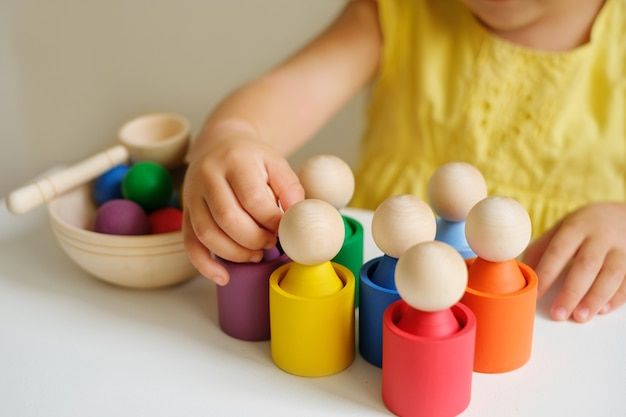 Um classificador de brinquedos criativo e moderno feito de madeira para estudar flores por crianças em idade pré-escolar