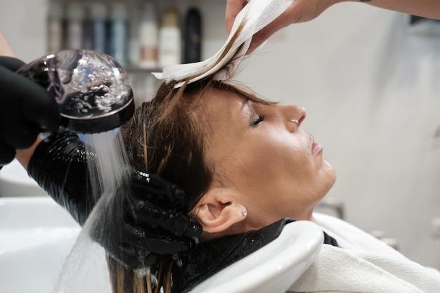 Um, cliente, em, a, salão beleza, lavando, dela, cabelo