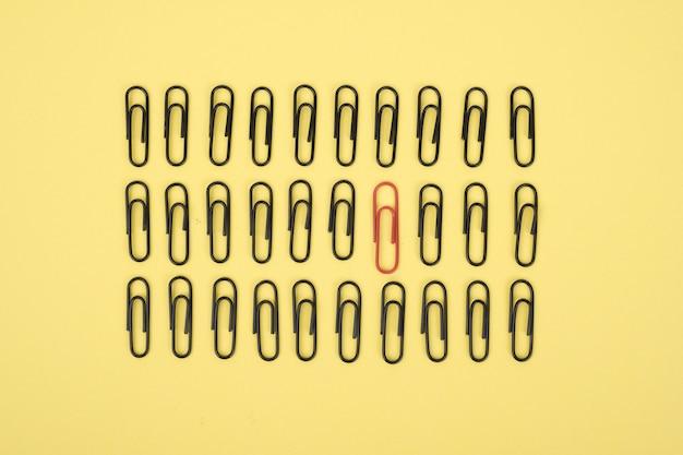 Um clipe de papel é destacado em amarelo.