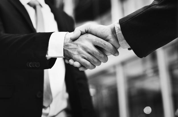 Um close de um aperto de mão de negócios