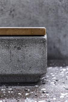 Um close de um lado de um banco de pedra