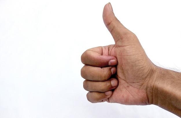Um close de uma mão masculina mostrando sinal de positivo contra um fundo branco