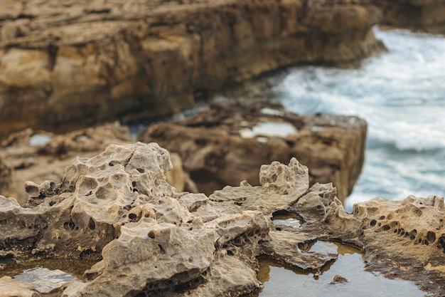 Um close de uma superfície rochosa nas falésias do mar