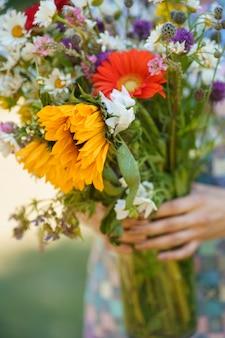 Um close do lindo buquê de flores silvestres