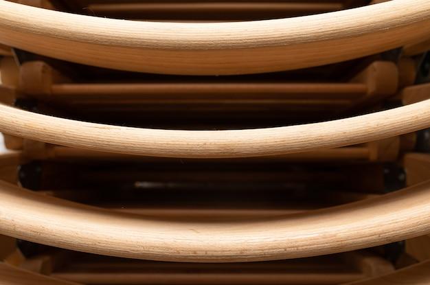 Um close up de cadeiras dobráveis de madeira dobradas