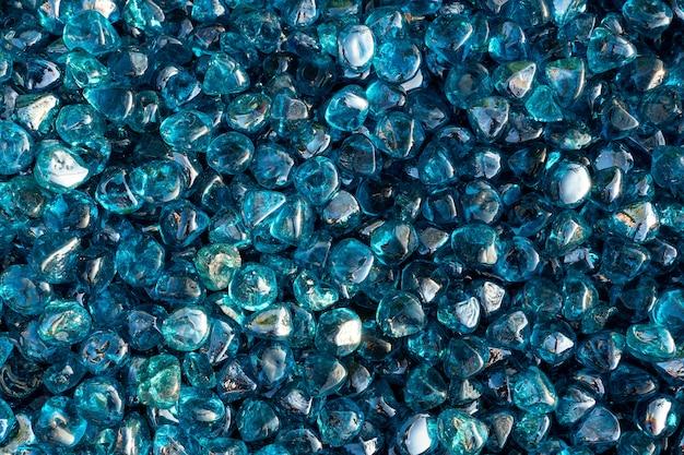 Um close up de pedras de cristal azuis