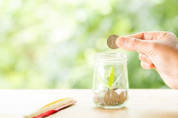 Um close-up de uma garrafa cheia de moedas