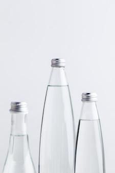 Um close-up de uma garrafa de água