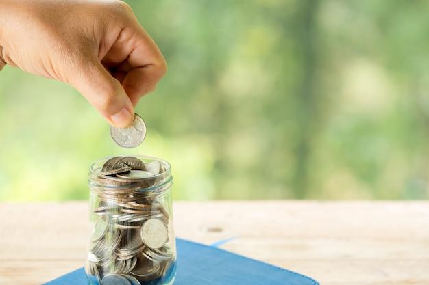 Um close-up de uma garrafa, moeda