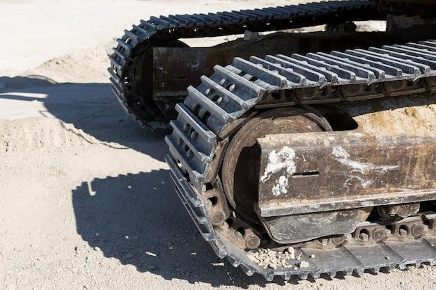 Um close-up dos trilhos de uma grande escavadeira em uma pedreira de mineração.