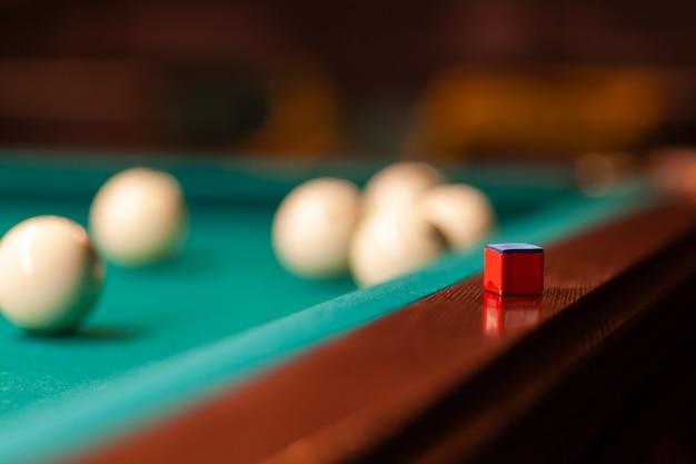 Um close-up tiro bolas de bilhar. cubo para lubrificar a sugestão
