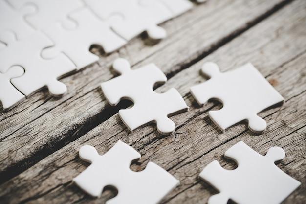Um close-up vista de várias peças de quebra-cabeça branca