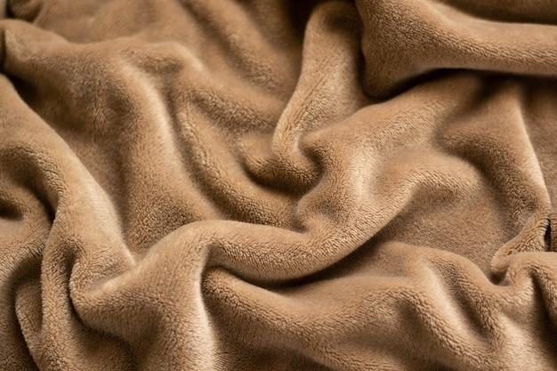 Um cobertor quente de micro velo de pelúcia, enrolado em um fundo padrão