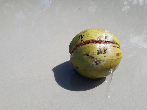 Um coco verde na praia