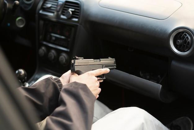 Um conceito de crime, ladrão pegando a pistola e planejando um assassinato