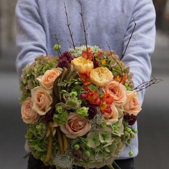 Um conceito de outono outono buquê de flores de cores quentes