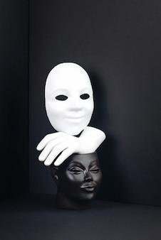 Um conceito em preto e branco sobre racismo ou teatro.