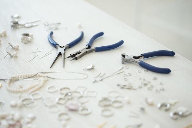 Um conjunto de acessórios e ferramentas para fazer bordados de joias e feitos à mão