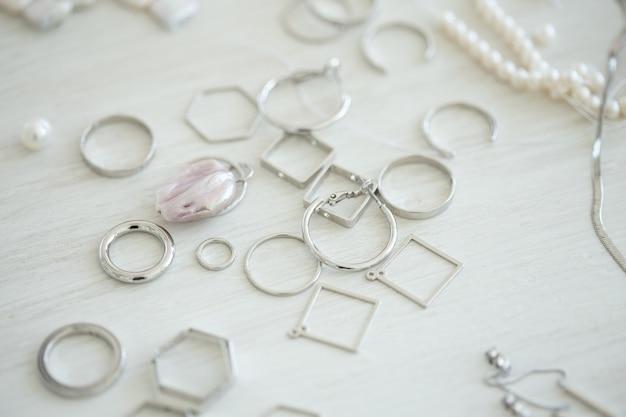Um conjunto de acessórios e ferramentas para fazer joias. costura e feitos à mão.
