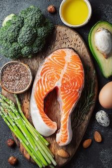 Um conjunto de alimentos saudáveis para dieta cetona.