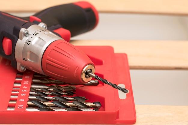 Um conjunto de bits e chave de fenda na caixa vermelha closeup